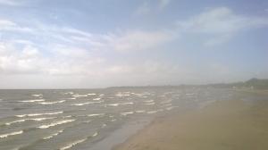 Playa San Jorge al Lago Nicaragua con mucho viento y olas grandes.