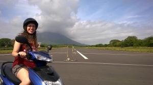Eva en el campo de vuelo de Ometepe