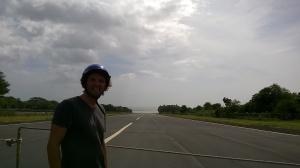 La carretera cruce la campo de vuelo del aeroporto de la isla. Entonces deben que cirrar la carretera cuanda hay traficó aéreo.